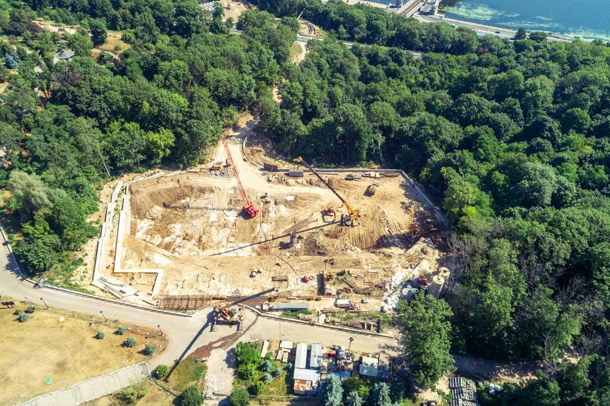 На данный момент территория полностью подготовлена к строительству