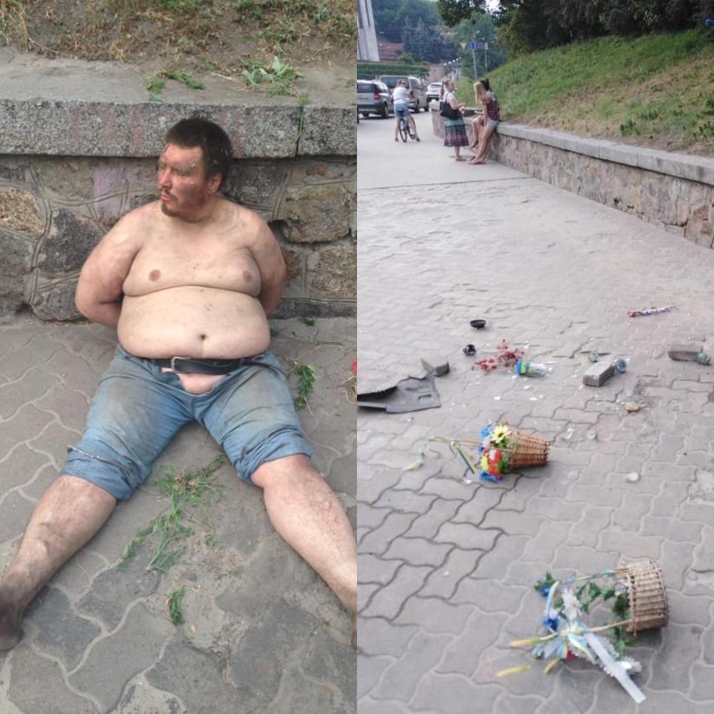 Мужчина разбросал установленные у памятника лампады со свечами и цветы, возложенные активистами