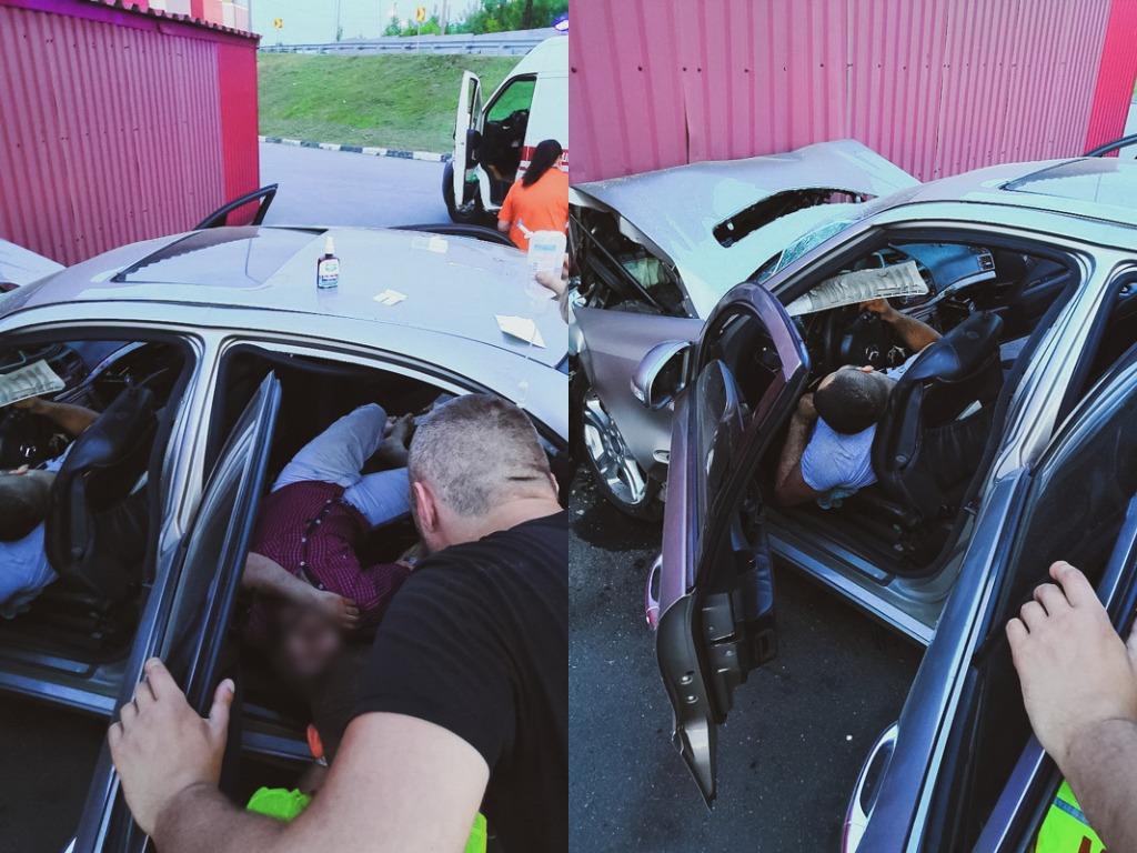 В результате произошедшего водитель умер на месте. Пассажиры седана также серьезно пострадали