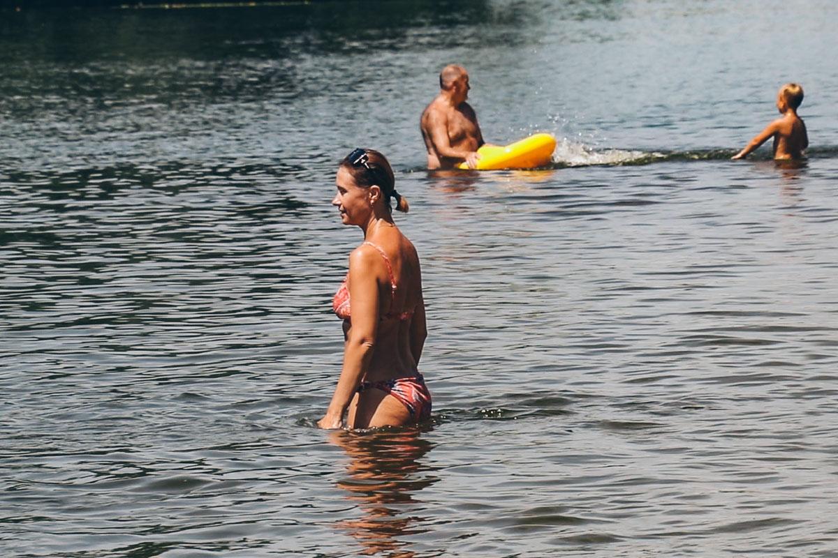 """Люди наслаждаются отдыхом на пляже """"Троещина"""""""