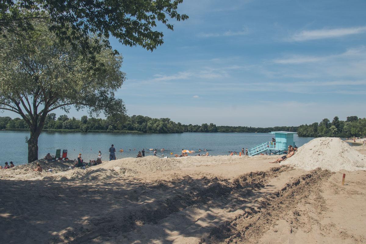 Пока что отдыхающим приходится ютиться на небольшом клочке пляжа