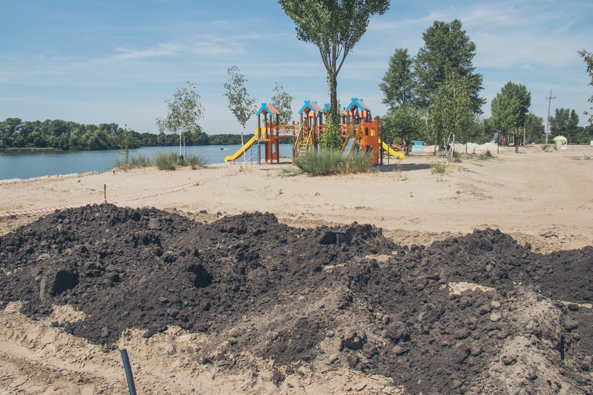 На пляже уже установили детскую площадку