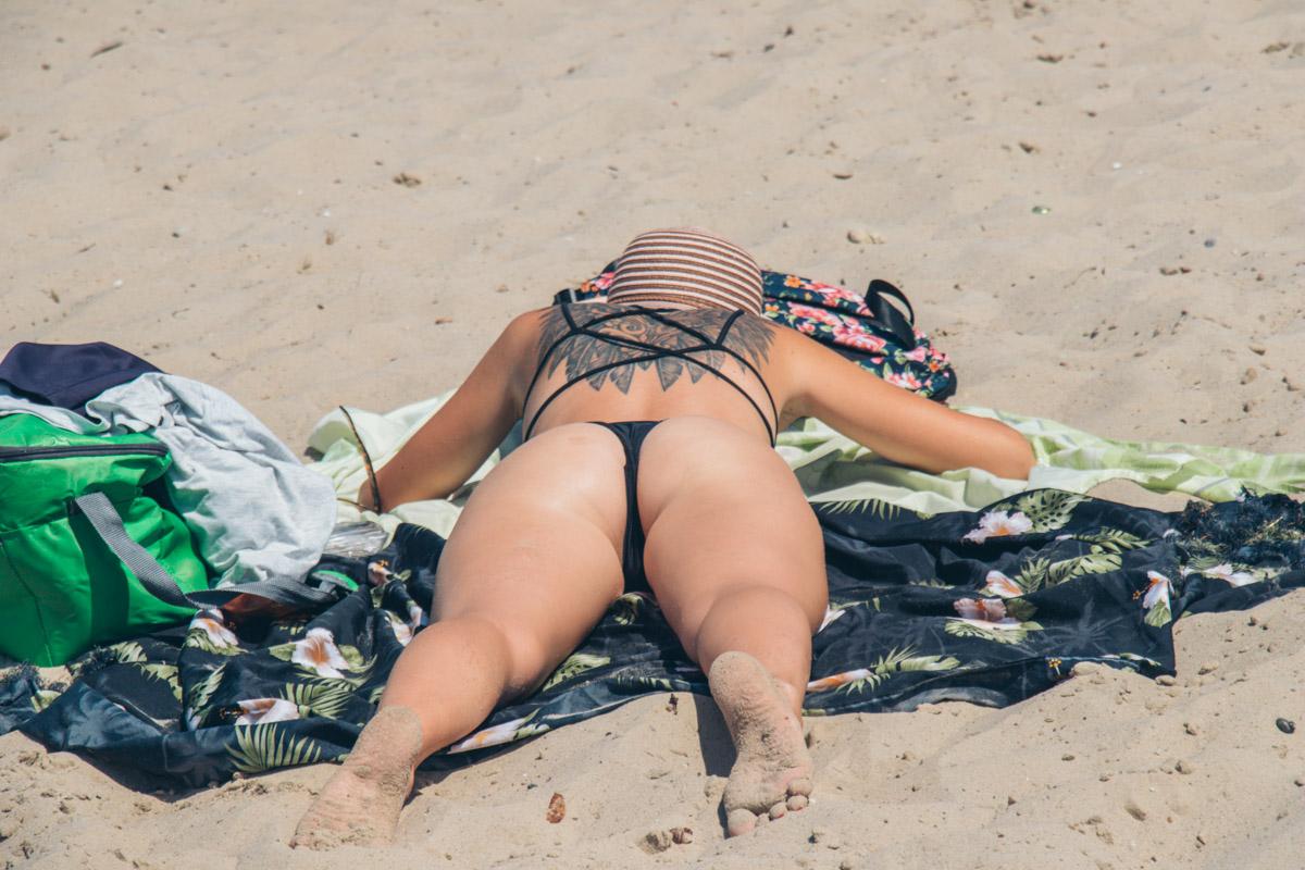 """Девушка принимает солнечные ванны на пляже """"Троещина"""""""