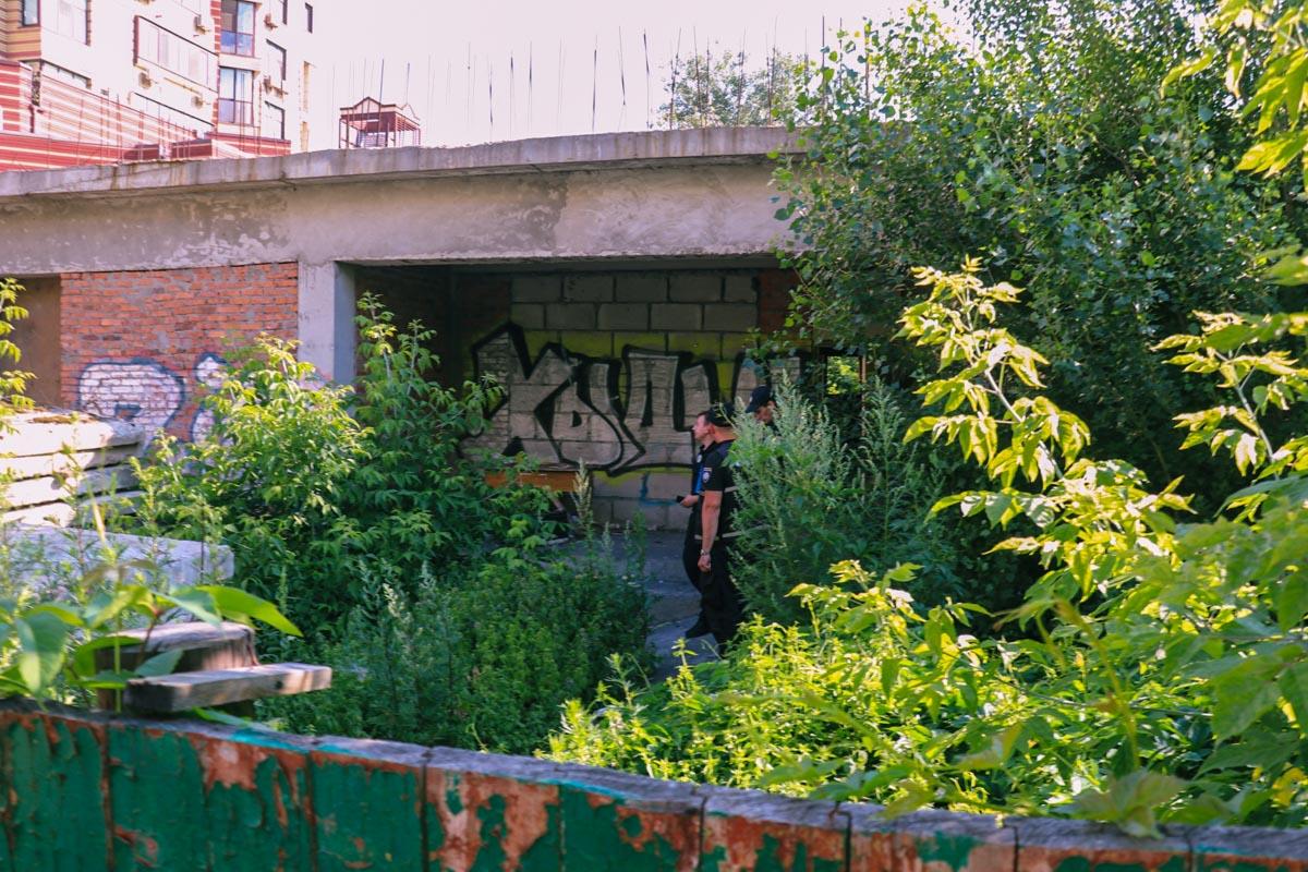 В Киеве недалеко от дома по адресу улица Соломенская, 15 обнаружили труп мужчины