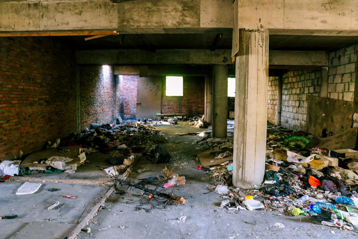 Тело лежало внутри недостроенного заброшенного здания