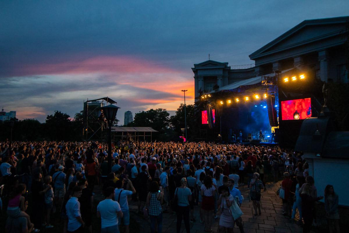 Собрались тысячи людей, то ли в ожидании концерта «Океана Эльзы», то ли потому что действительно решили поддержать Святослава