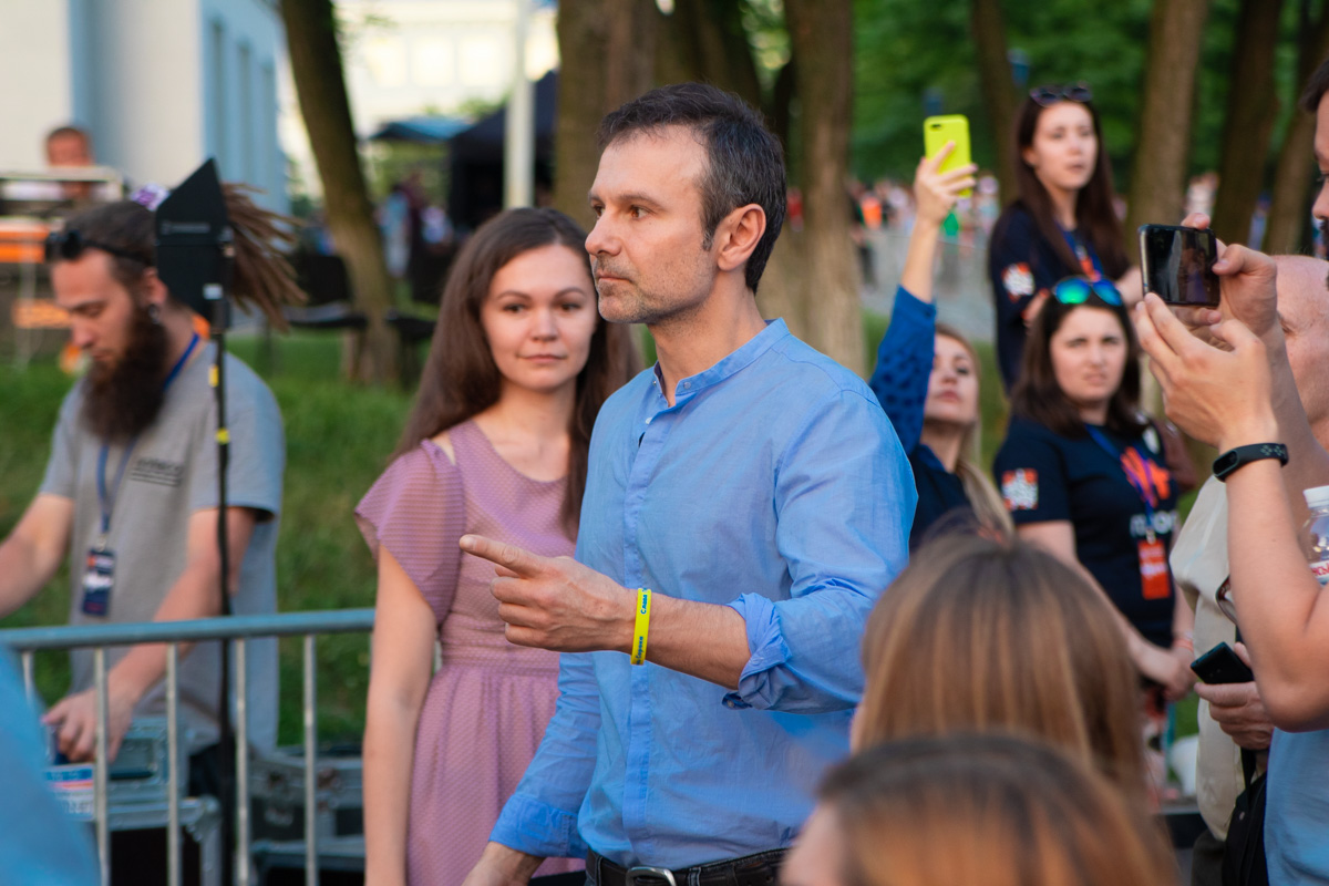 Мероприятие началось в 18:30 в холле Национального музея истории Украины