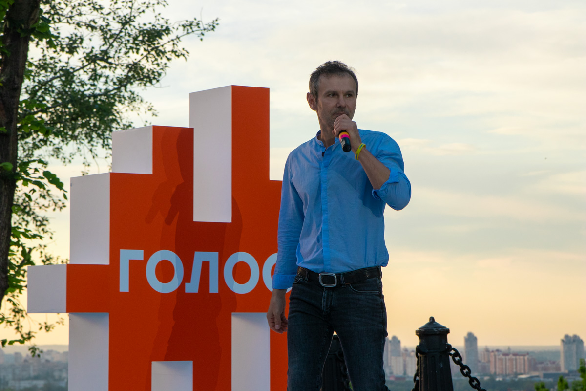 Сразу после этого Святослав Вакарчук и его приверженцы - другие кандидаты в депутаты от «Голоса», провели пресс-брифинг