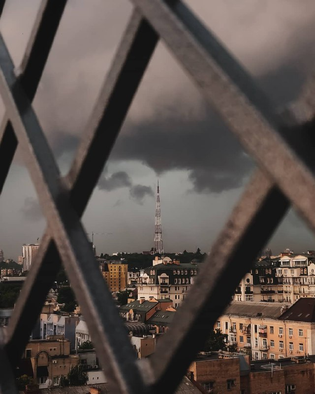 Пугающая серость. Небо злится. Фото: @yle33