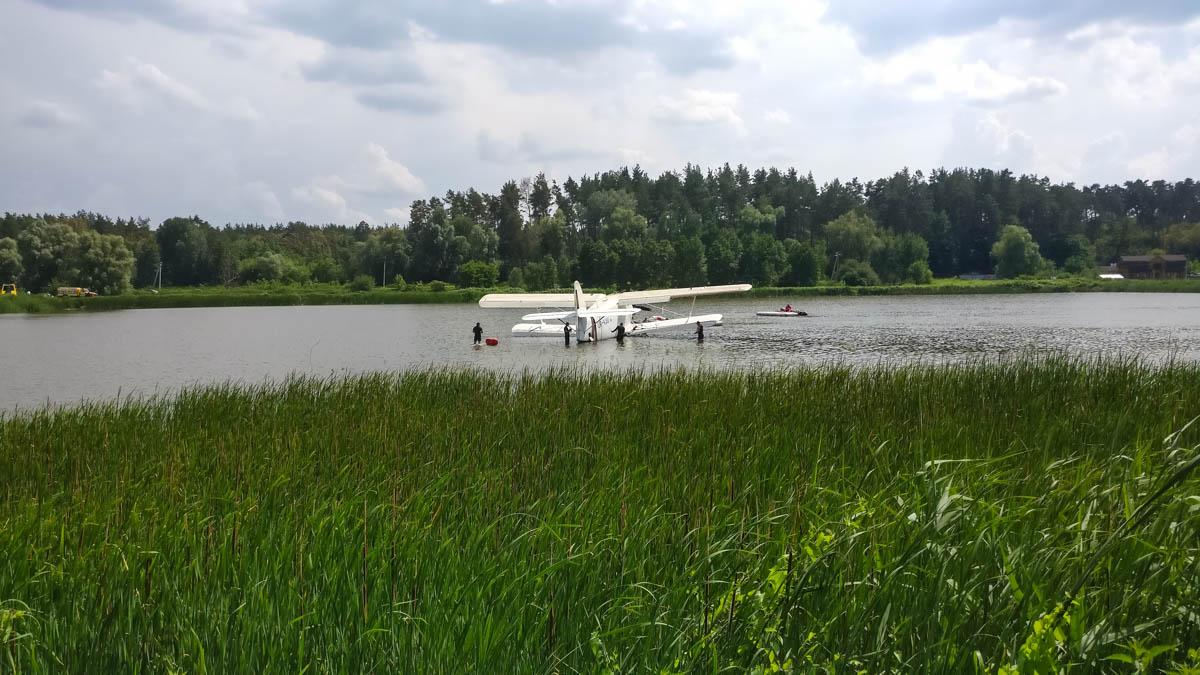 Самолет собираются вытащить на берег, демонтировать крылья и транспортировать его на аэродром