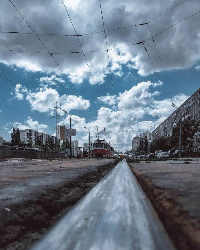 Даже рельсы зеркалят эти очаровательные облака. Фото: @rostikarts