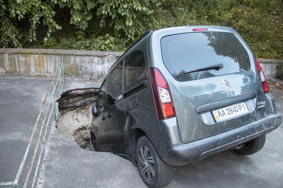 В центре Киева автомобиль провалился в асфальт