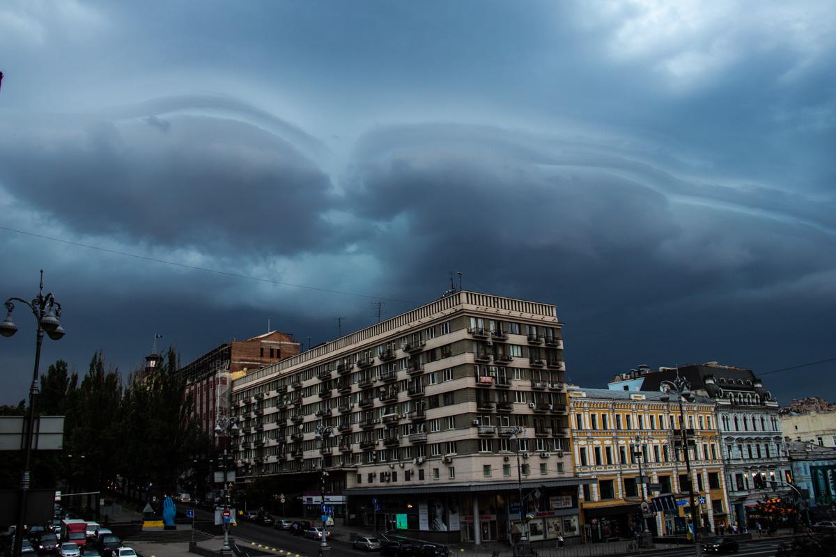 На Киевом сгустились грозовые тучи, которые сменились проливным дождем