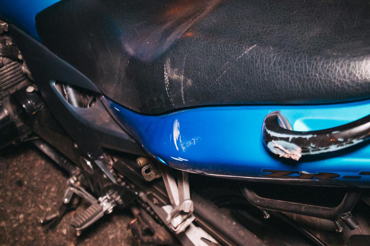 После падения мотоцикл проскользил по дороге