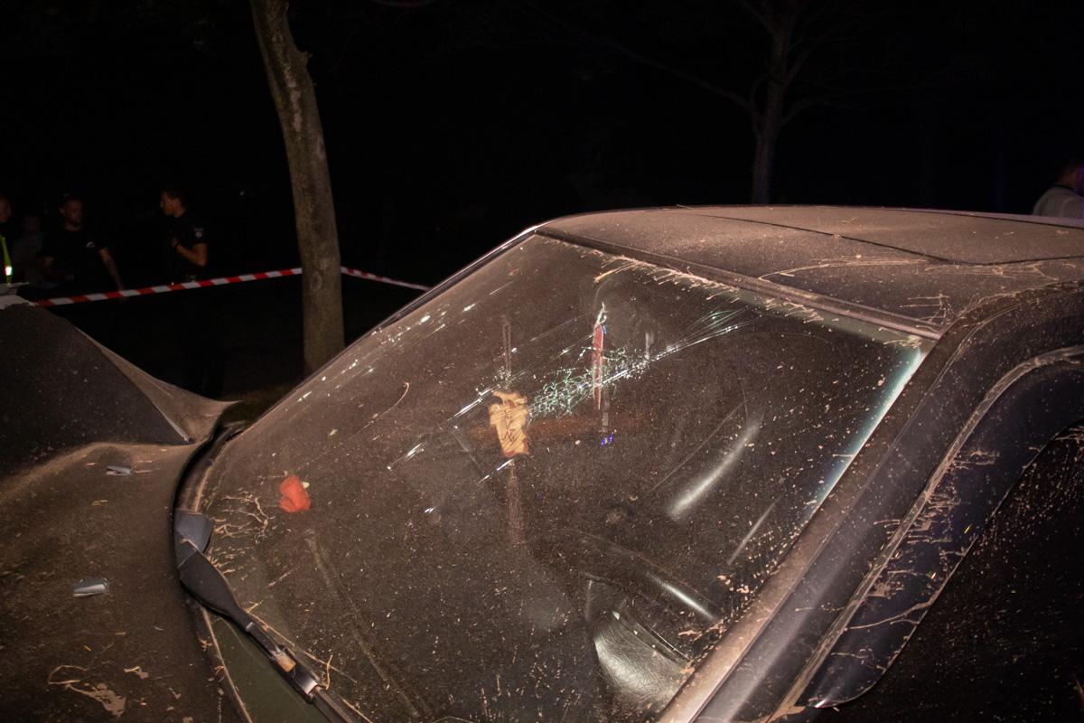 Машина сильно разбита и смята в передней части