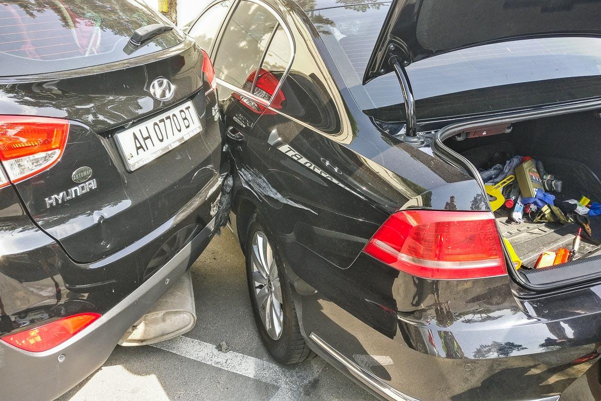 У Honda Accord и Hyundai ix35, которые стояли парковке, разбиты задняя левая дверь и задний бампер соответственно
