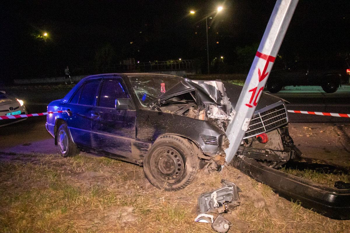 На улице Радужной водитель Mercedes влетел в фонарный столб