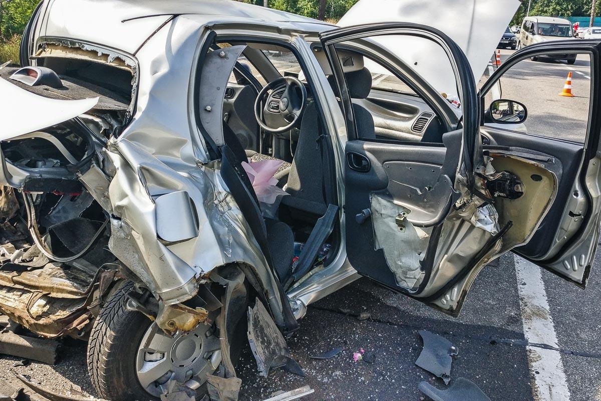 Водитель Volkswagen врезался в такси Lanos и вылетел на парковку отельно-ресторанного комплекса KNZS