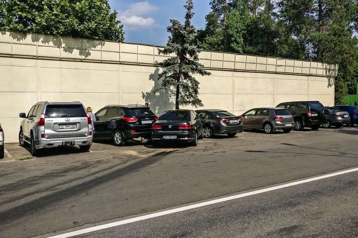 Passat влетел в парковку отельно-ресторанного комплекса KNZS, где зацепил автомобили Honda Accord и Hyundai ix35