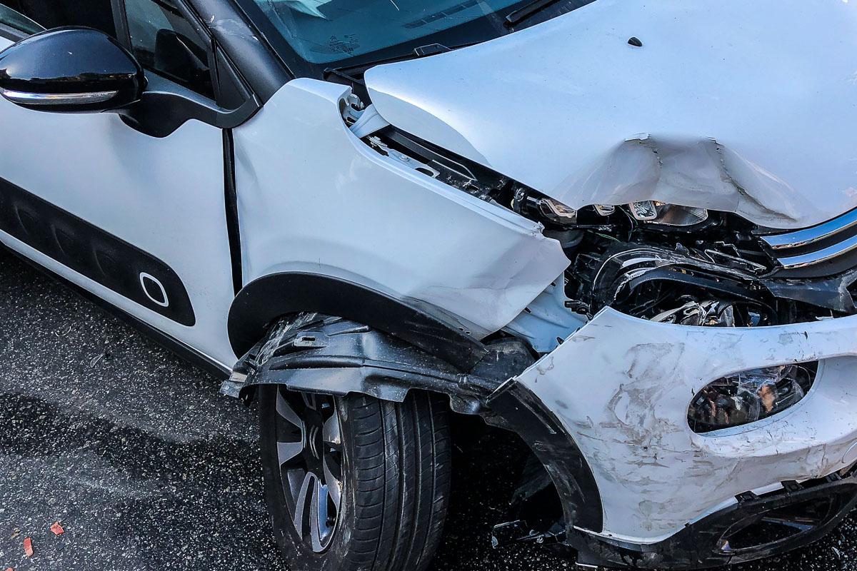 На съезде с бульвара Шевченко на улицу Бассейную Citroen столкнулся с фургоном Volkswagen