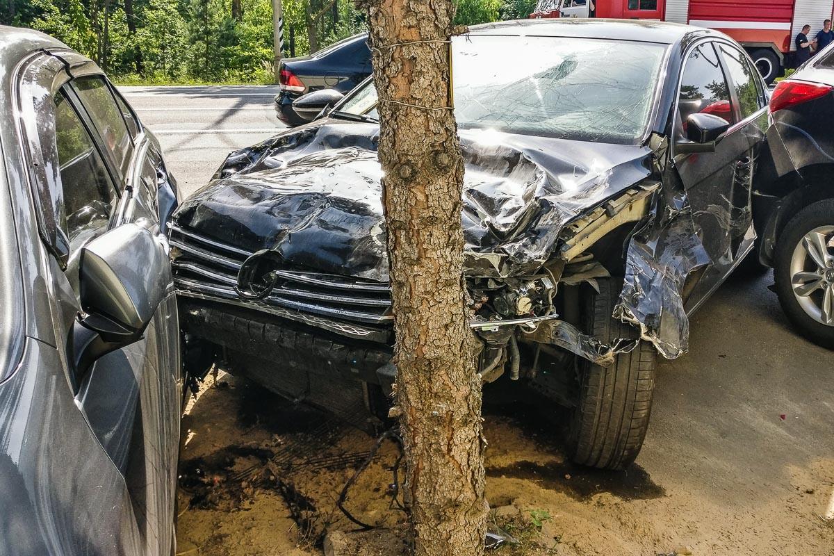Passat получил серьезные повреждения всей передней части и капота