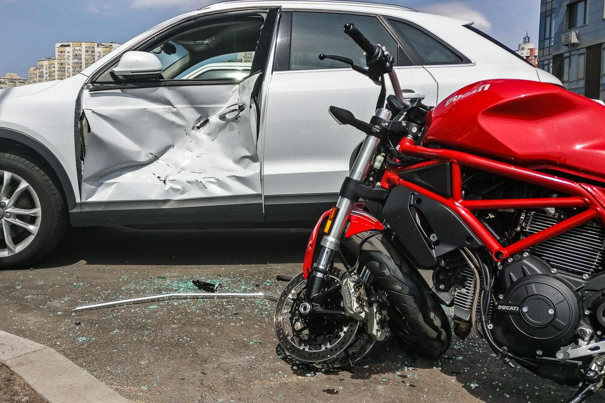В Киеве на парковке дома по адресу улица Трускавецкая, 6а произошла авария с участием пилота мотоцикла Ducati и автомобиля Audi Q3