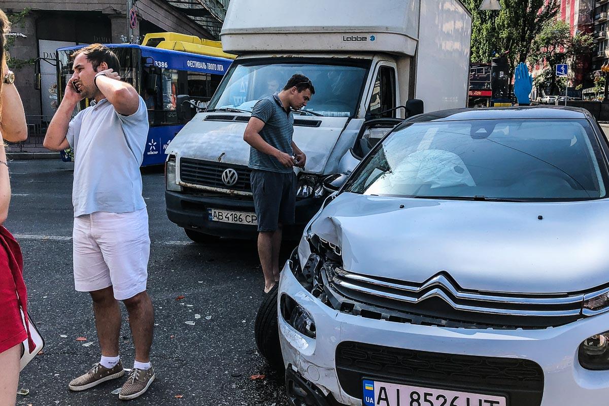 В воскресенье, 16 июня, в центре Киева произошла авария с участием двух автомобилей