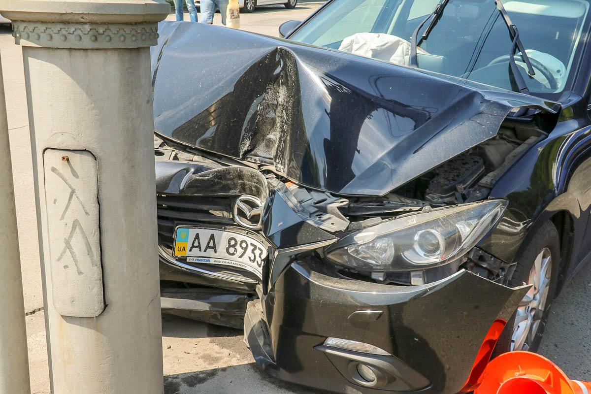 Автомобиль Mazda 3 врезался в столб