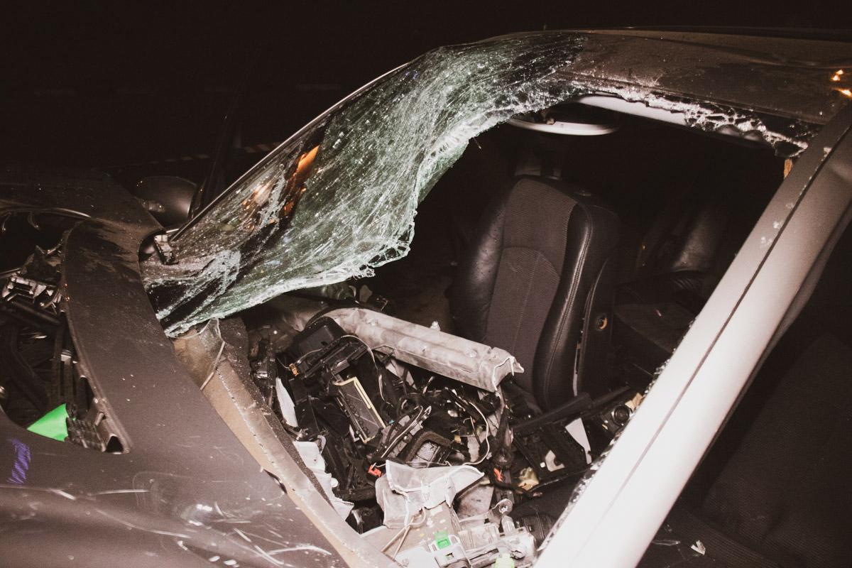 Лобовое стекло полностью разбилось, приборная панель оказалась разворочена и разбросана вокруг авто