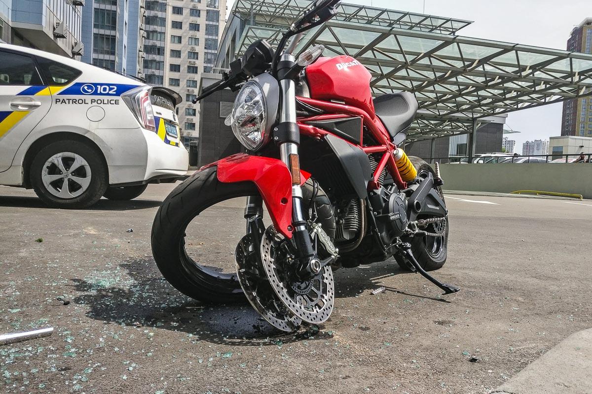 В результате аварии мотоцикл получил серьезные повреждения вилки и переднего колеса