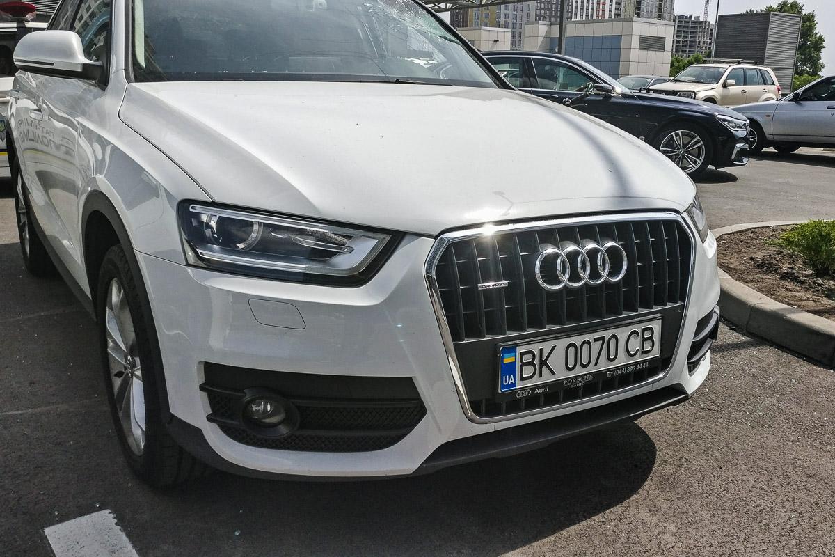 У Audi разбит левый бок и лобовое стекло