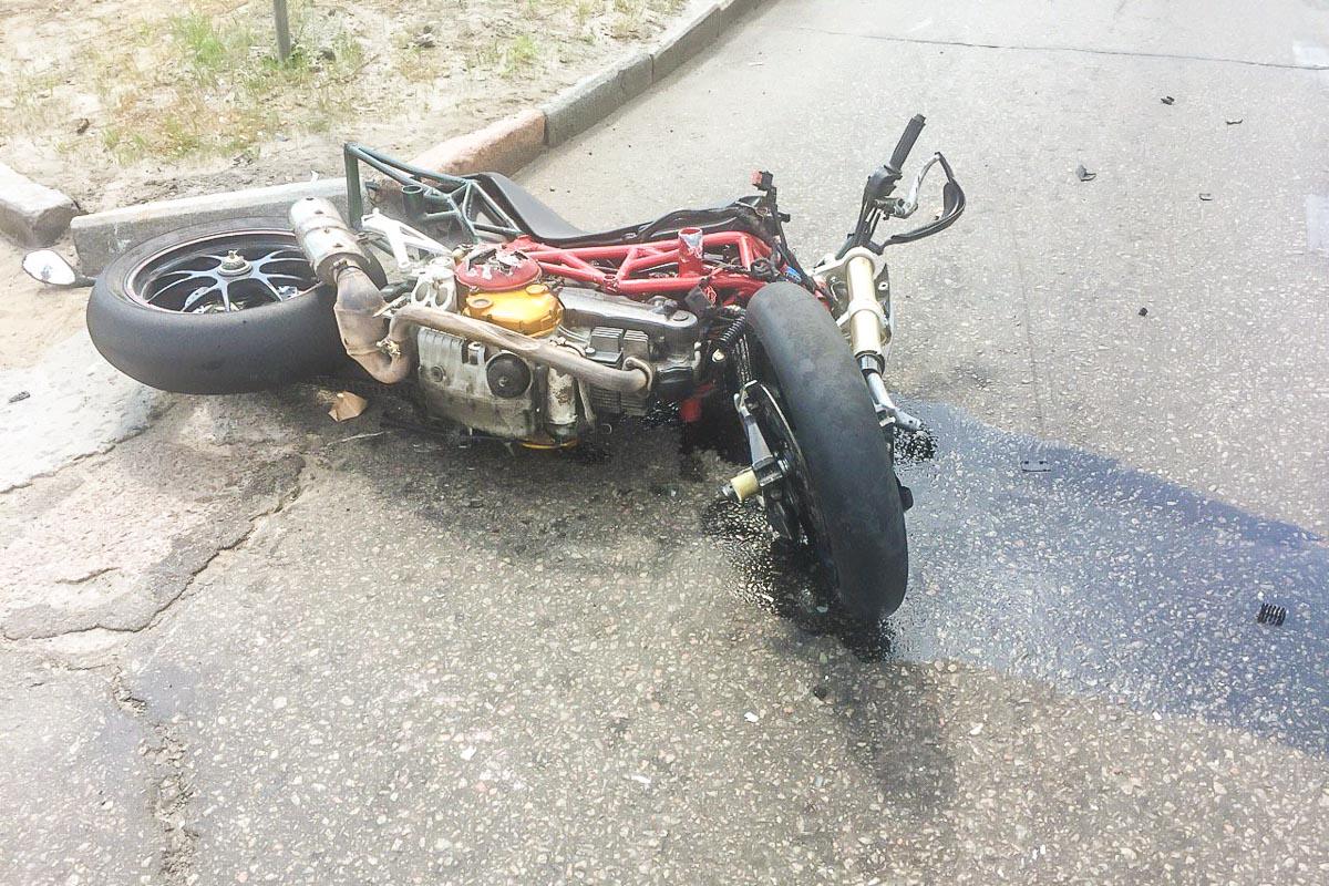 Водителя мотоцикла забрала скорая помощь