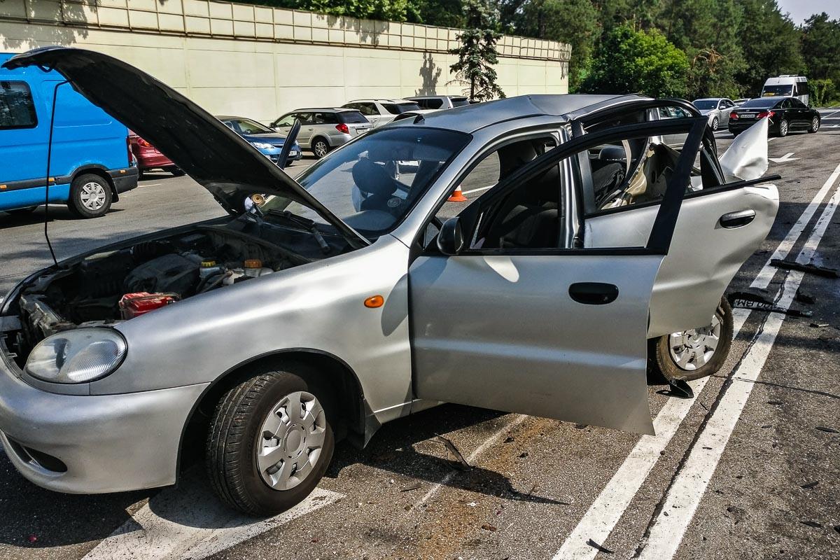 В районе Конча-Заспы мужчина за рулем Volkswagen на большой скорости врезался в такси Lanos сзади