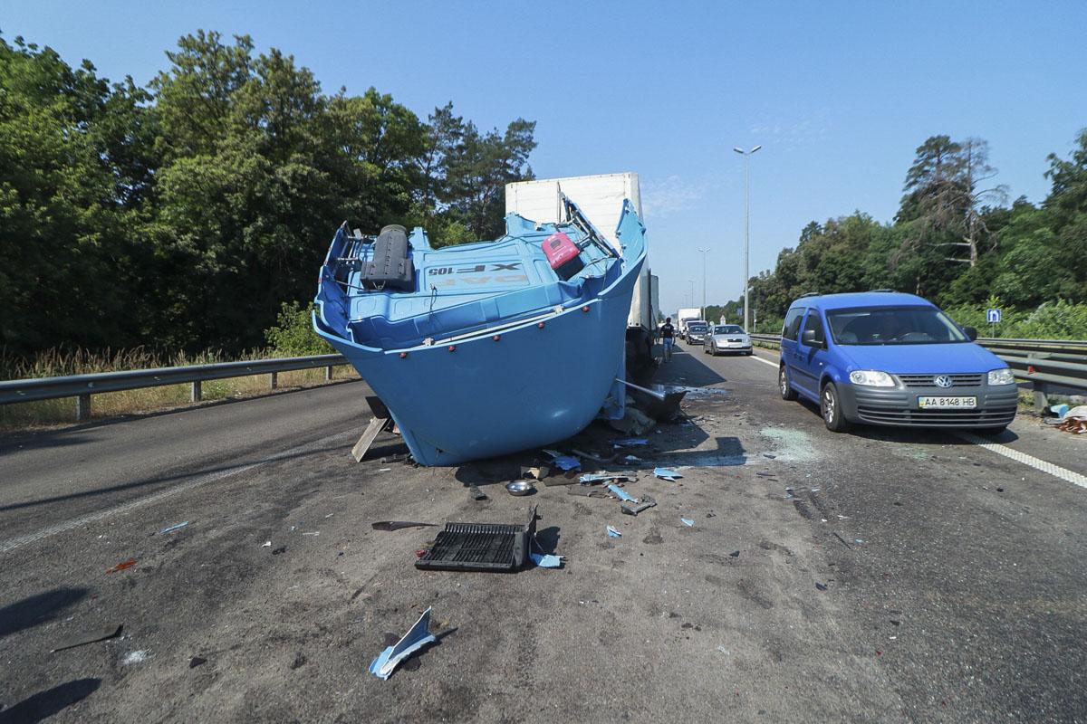 По предварительной информации, один из грузовиков остановился на светофоре возле Житомирского КП