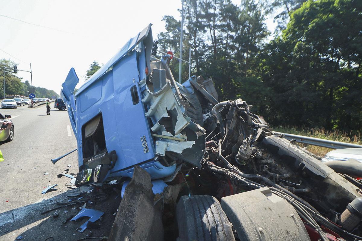 От удара кабина второго грузовика превратилась в кашу, а водитель, к сожалению, погиб