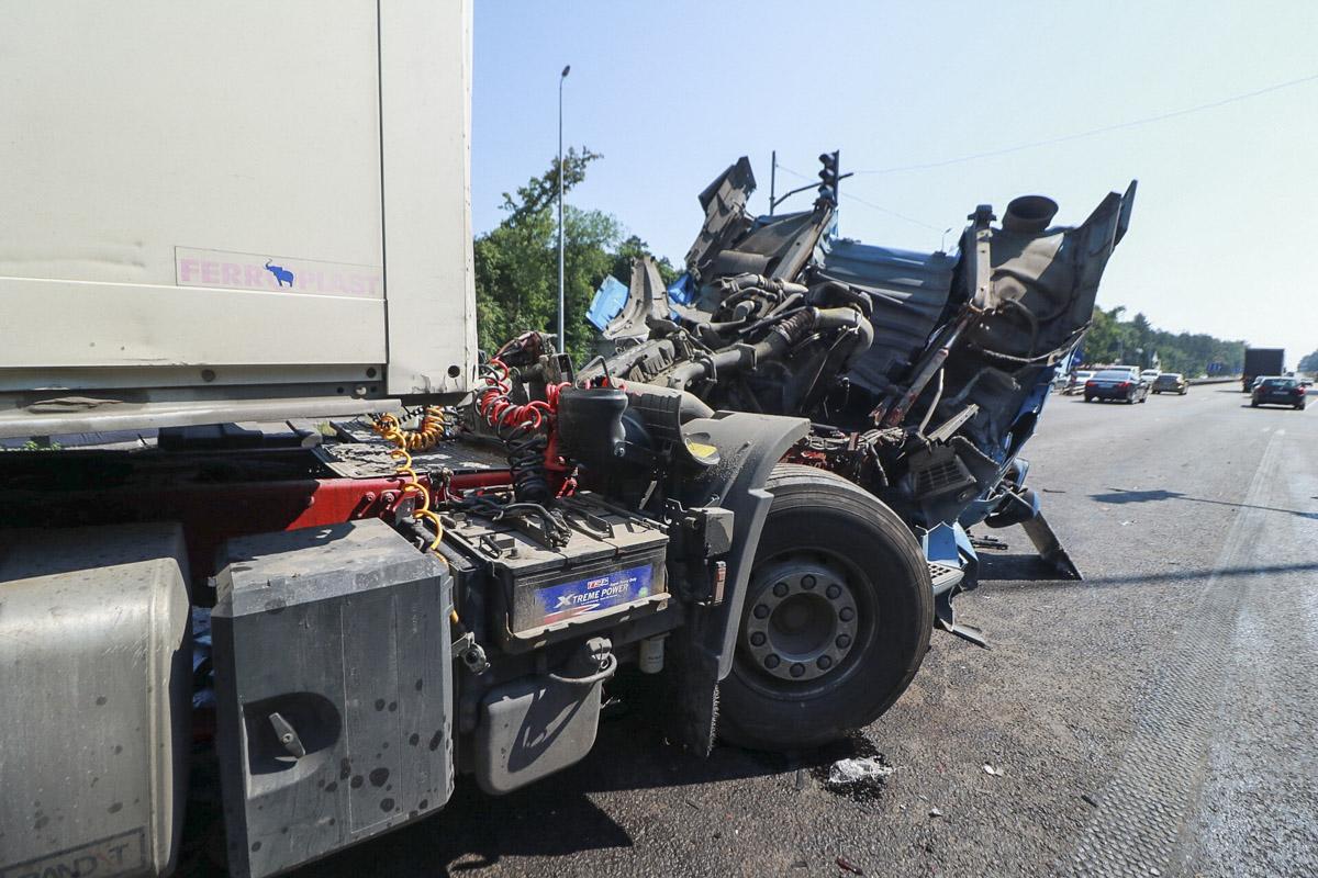 один из грузовиков уже увезли с места аварии, а второй сейчас разгружают, чтобы облегчить его вес