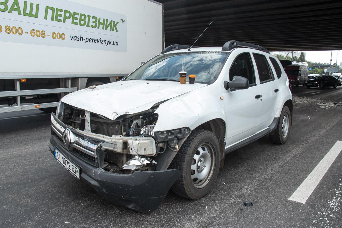 Автомобиль Renault Duster пострадал от осколков путепровода