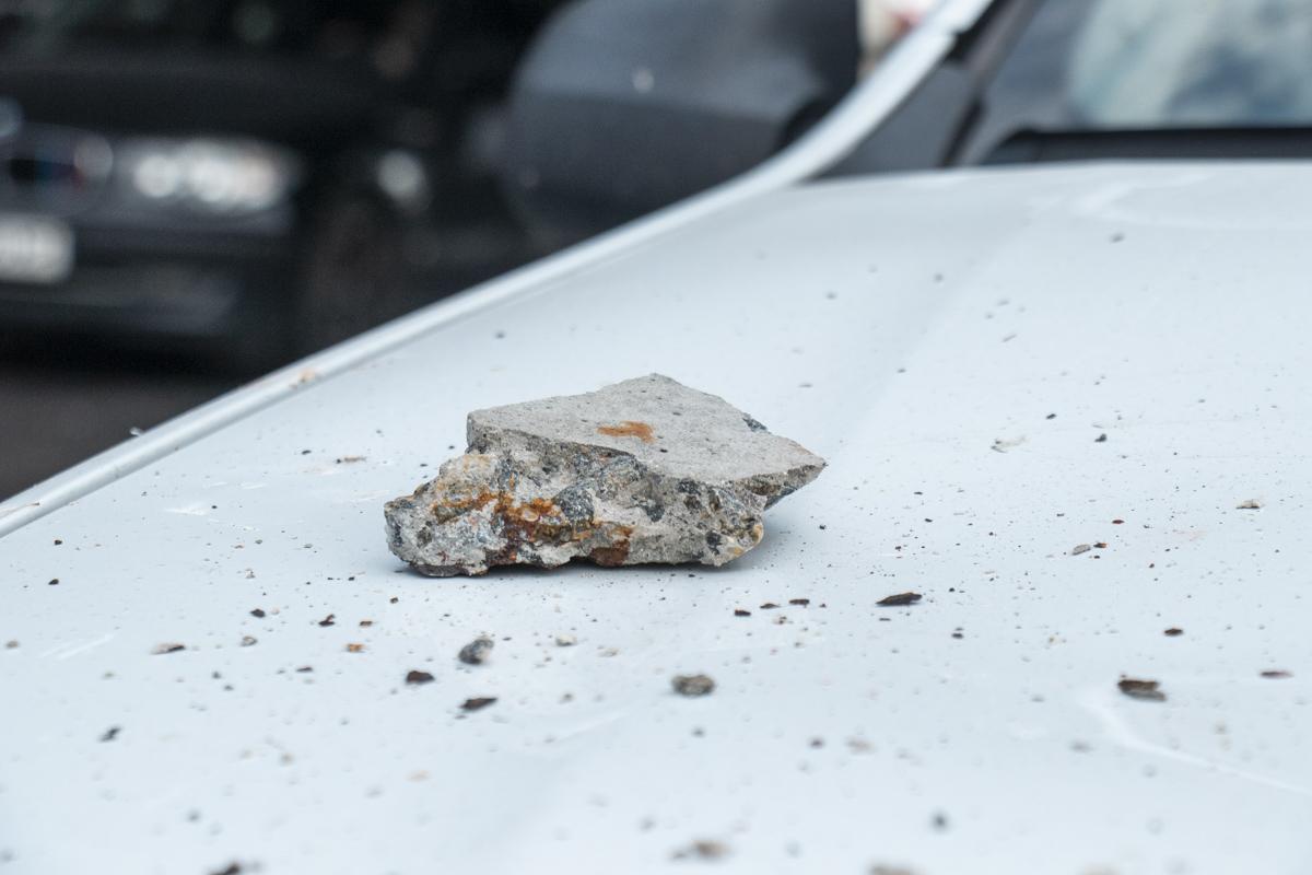В результате у Duster оказался поврежден капот и передний бампер