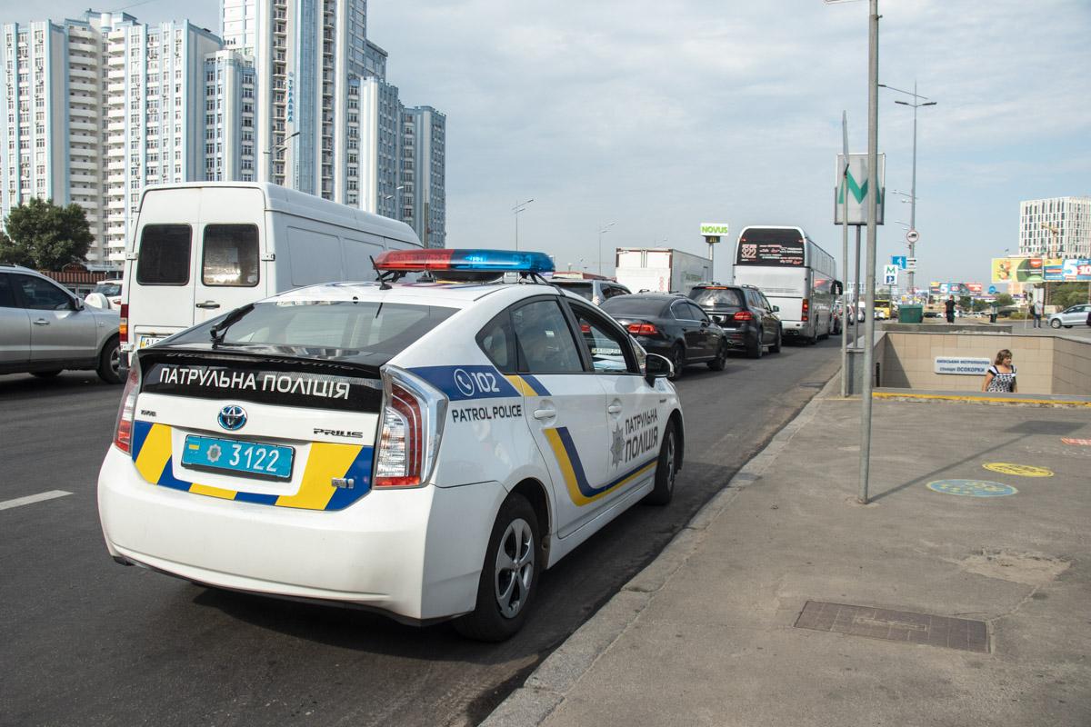 В данный момент на месте работает экипаж патрульной полиции, который составил протокол, а также оградил аварийный участок под мостом