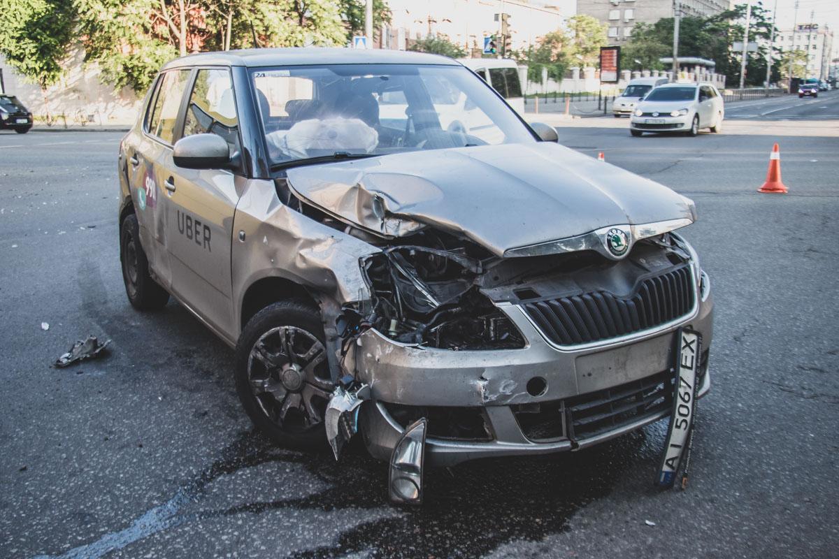 На пересечении улиц Жилянской и Льва Толстого столкнулись автомобилиVolkswagen Golf и Skoda Fabia службы такси Uber