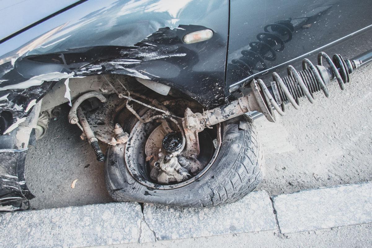 У Volkswagen Golf разбита левая часть, а переднее левое колесо со стойкой буквально вырвало наружу