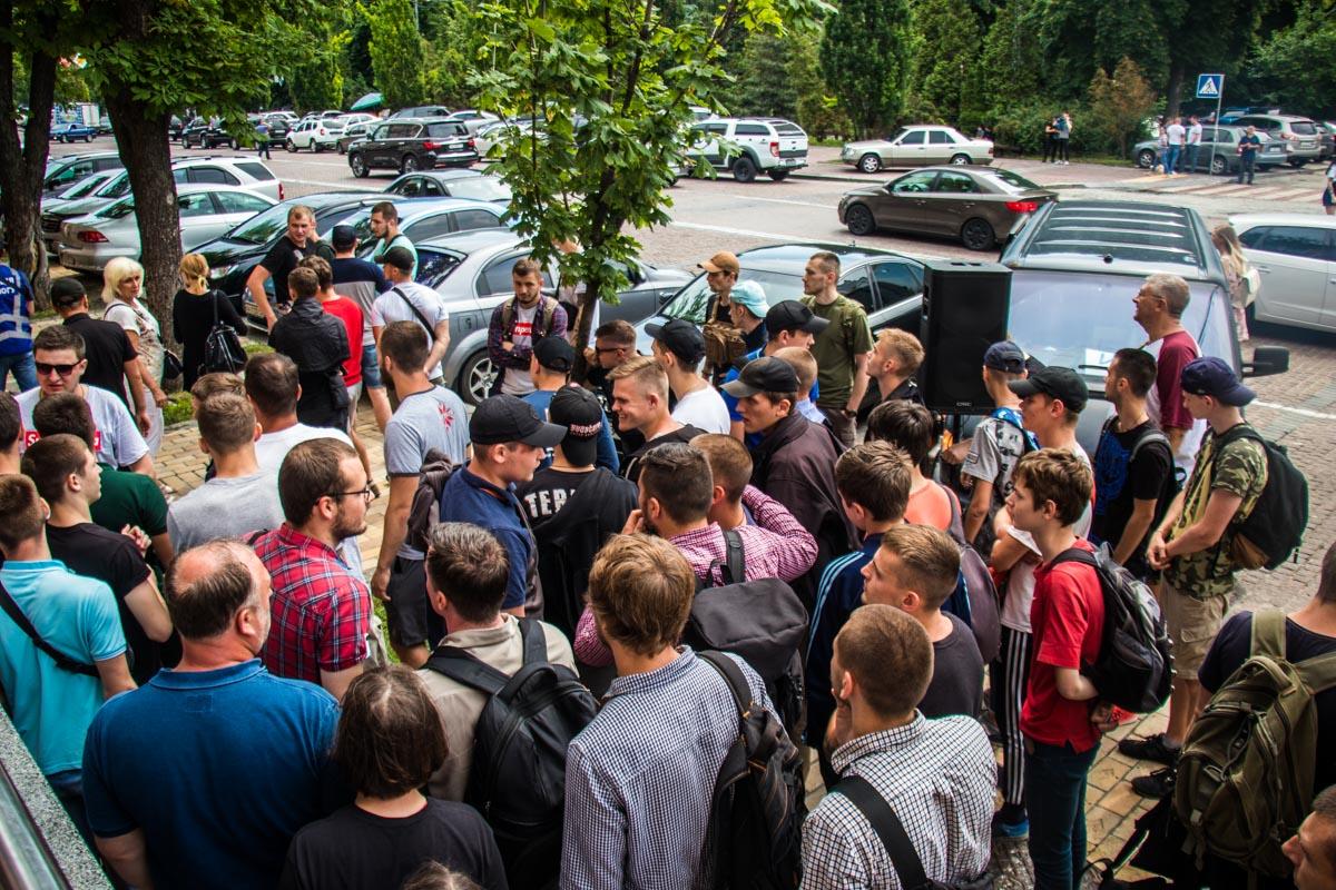 Сергей является главой Нацкорпцуса и не единожды с группой других активистов боролся с незаконными застройками в Киеве