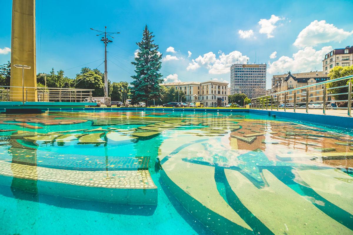 Яркое солнце, яркий фонтан - что еще нужно чтобы ярко провести выходной день в Киеве