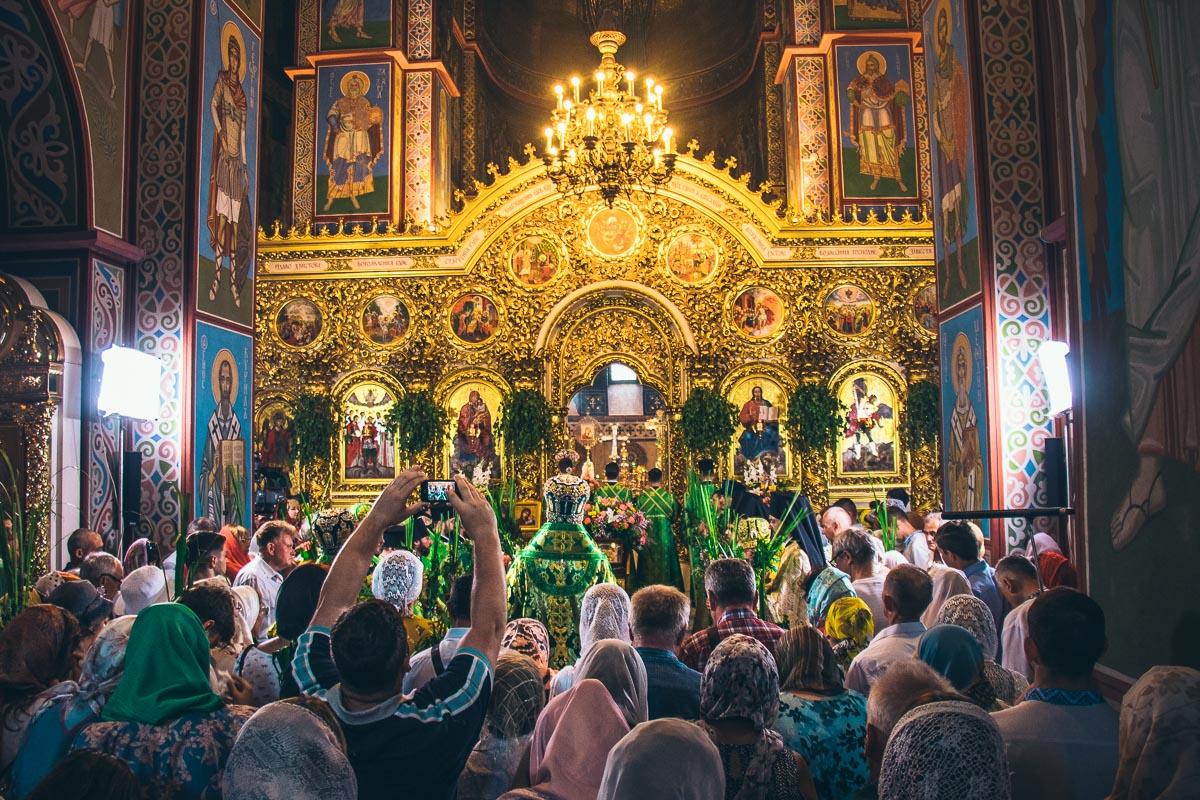 Соборы и храмы в этот день покрылись зеленью