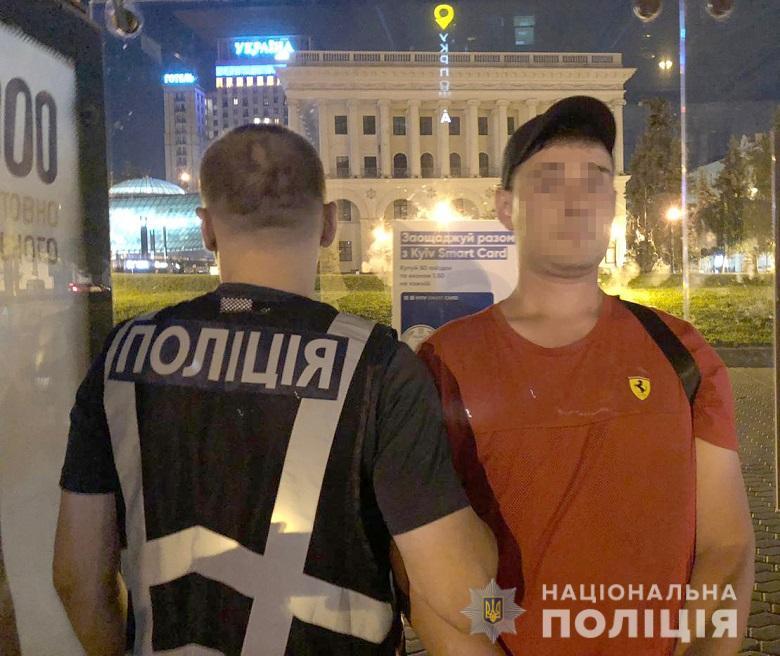 В Киеве на Майдане Независимости злоумышленник подошел к мужчине и предложил ему выпить