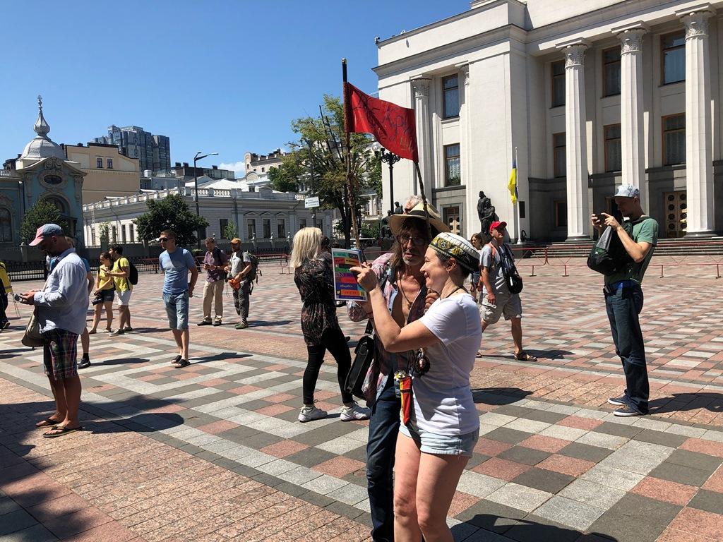 Собрались активисты возле здания Верховной Рады
