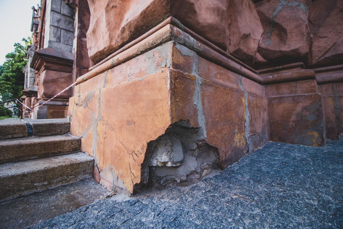 Настоятели костела утверждают, что фундамент находится в аварийном состоянии