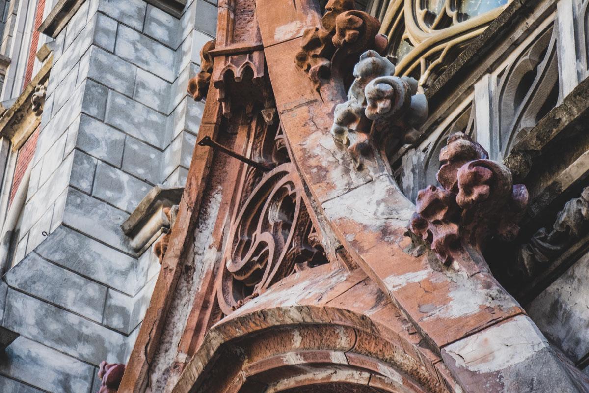 На ремонт фасада выделяли большие деньги, но костел будто заброшен