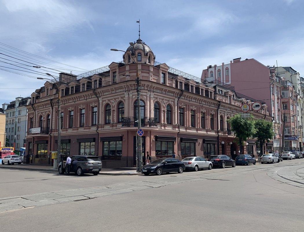 Ресторан находится на первом этаже этого исторического здания