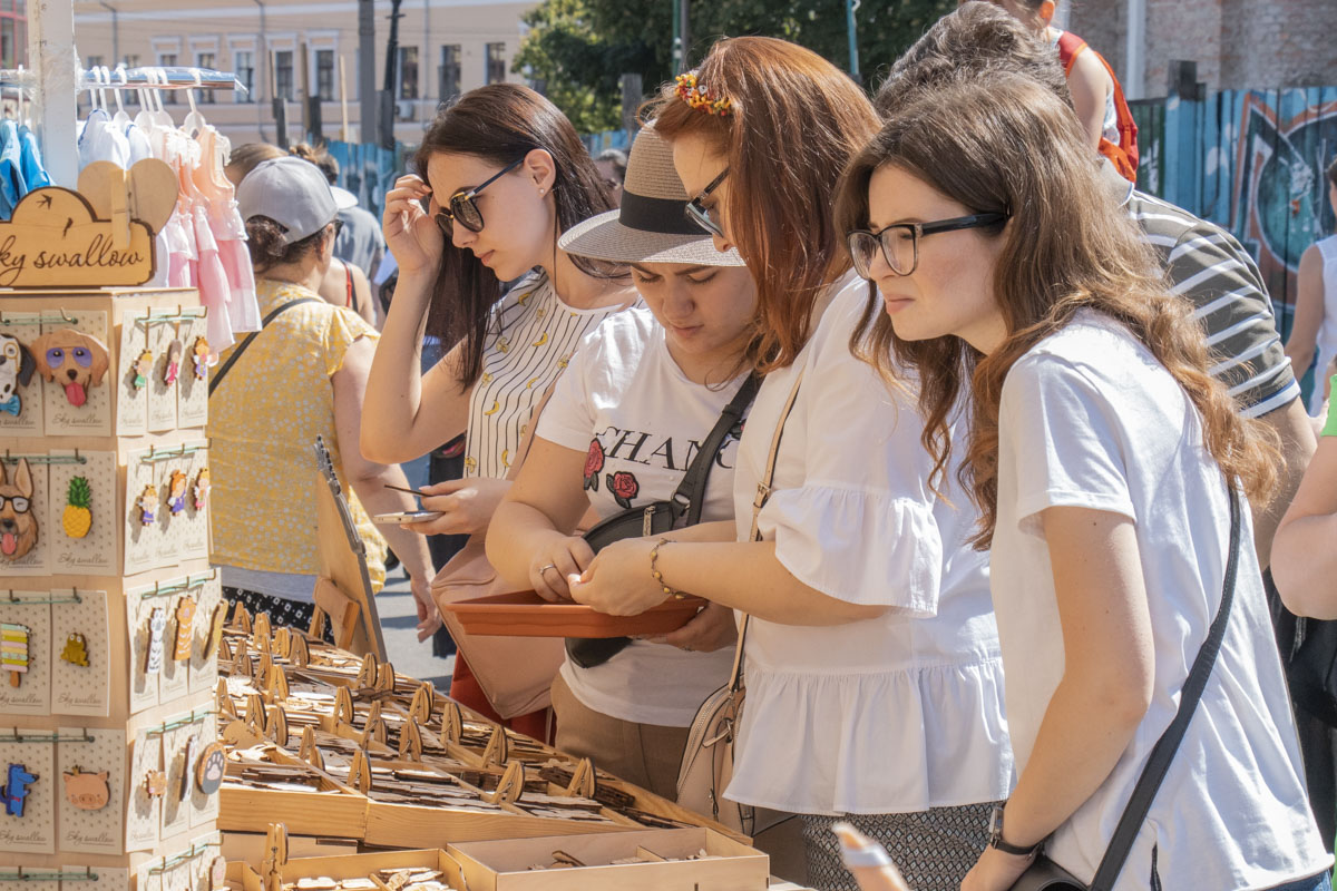 На ярмарке представлена продукция 300 украинских магазинов одежды, аксессуаров, обуви, еды и изделий для дома